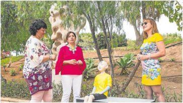 Una visita anterior de Inés Jiménez (dcha.) a Telde para dar a conocer la Ruta Sanmao. Le acompañan la edil de Turismo y la alcaldesa.